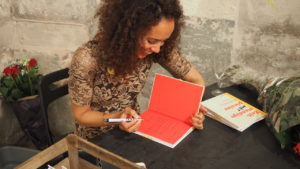 Alexandra Smith tijdens haar boeklancering